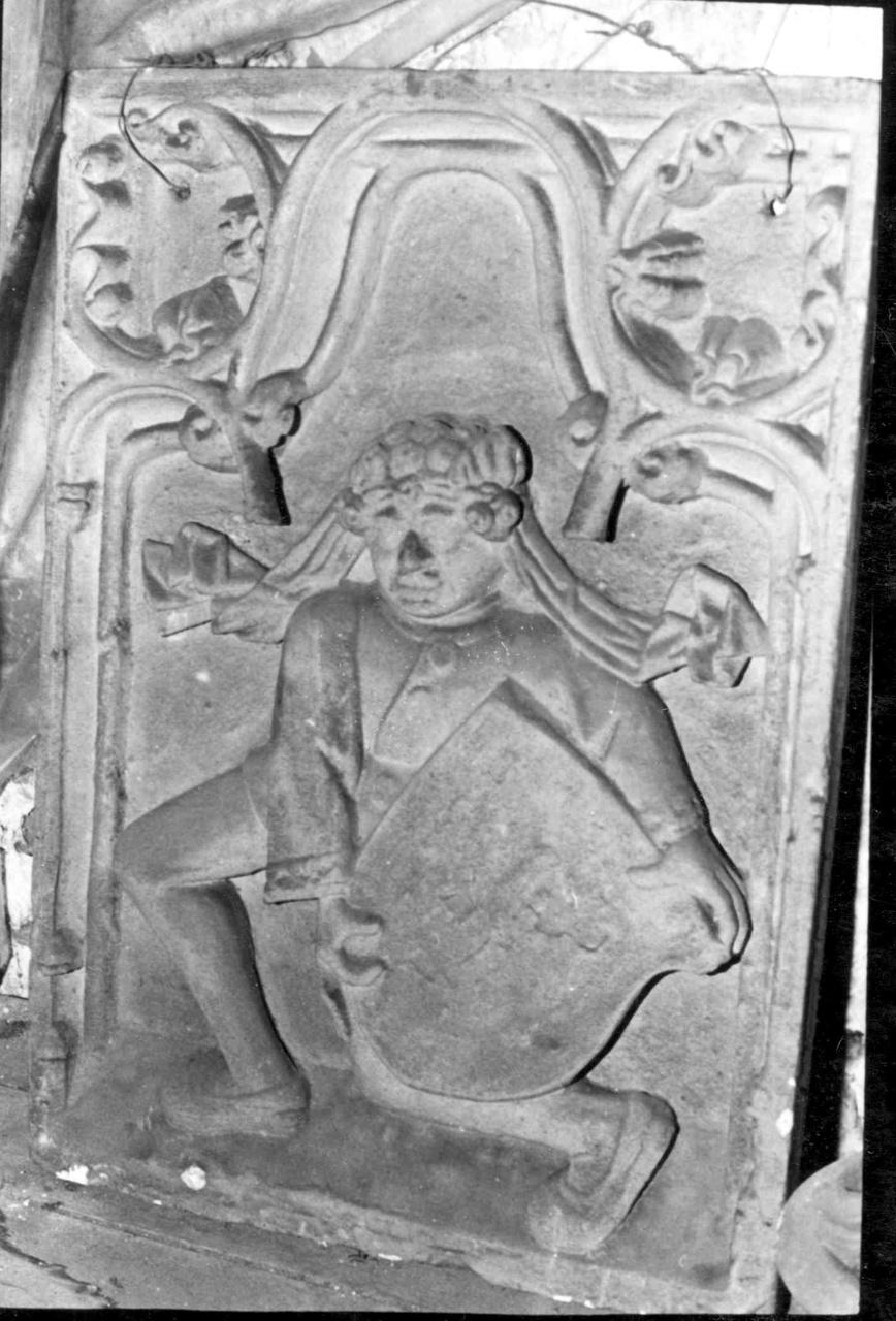 Reliëf of plaquette met jongen met wapenschild.