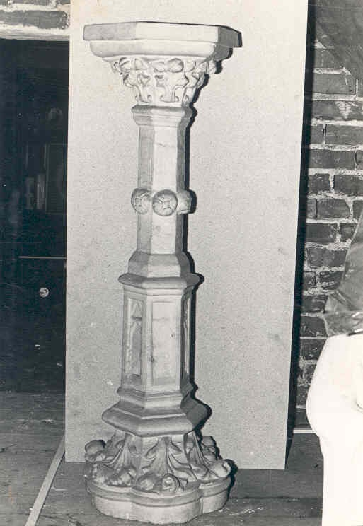 Zeskantige zuil met basement en kapiteel (piëdestal).
