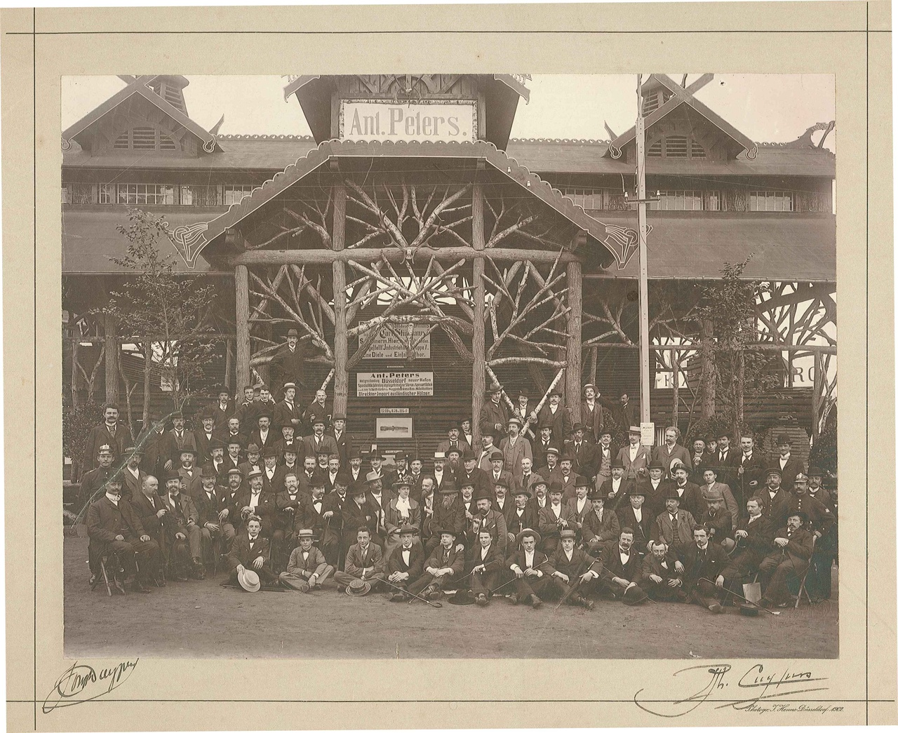 Groepsfoto met personeel van de Kunstwerkplaatsen Cuypers en Co.