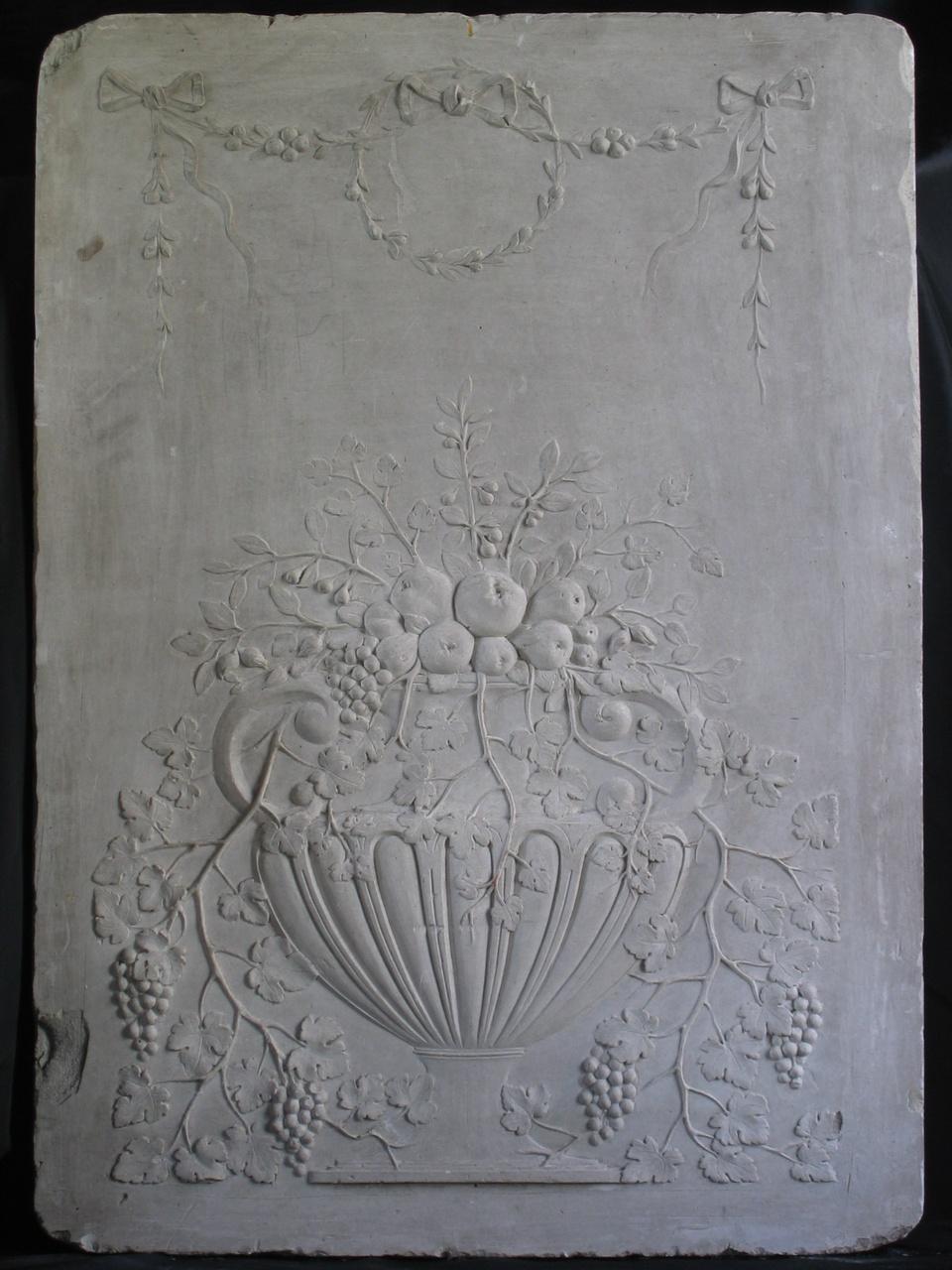 Een schoorsteenstuk met stilleven