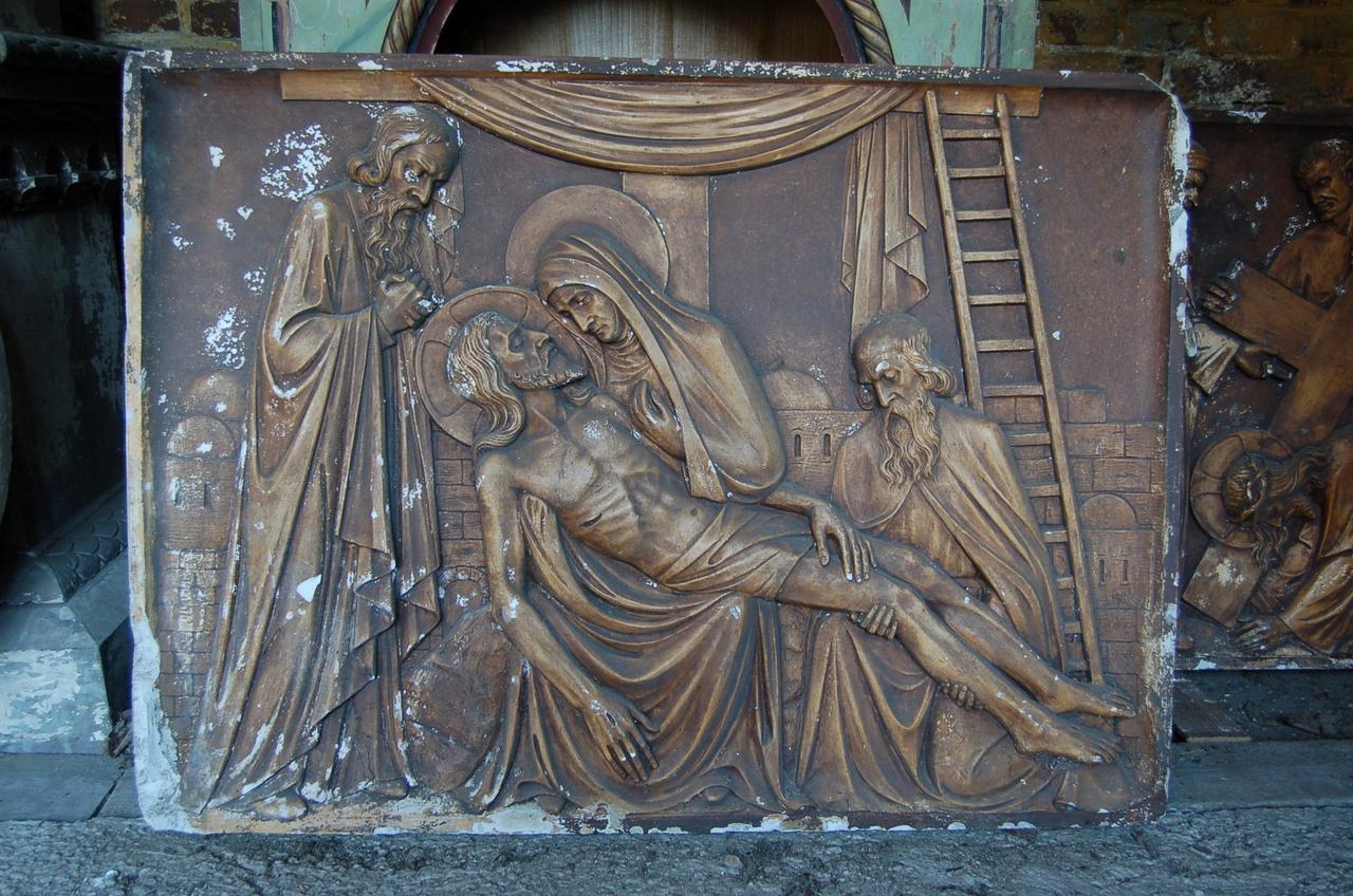 Kruiswegstatie: Jezus wordt van het kruis afgenomen
