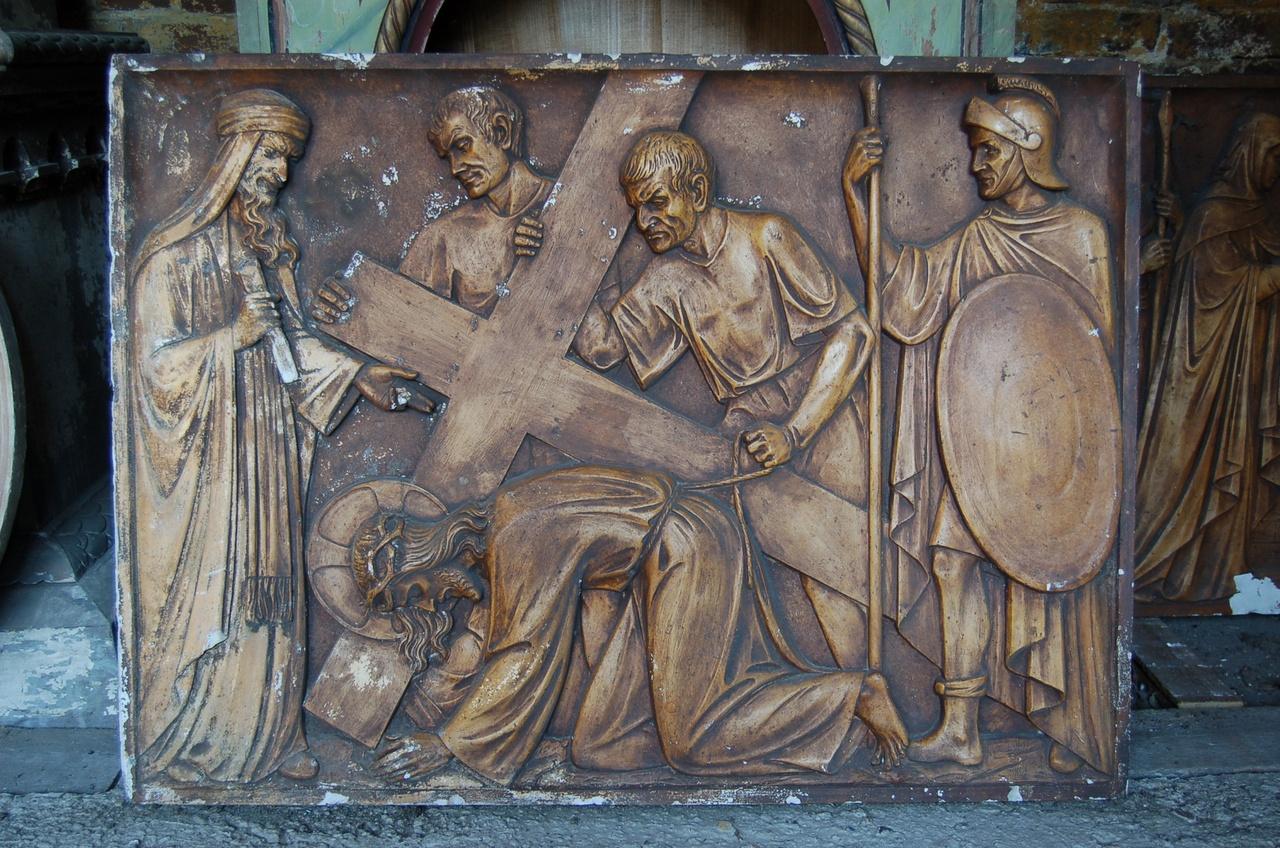 Kruiswegstatie: Jezus valt op zijn knieen