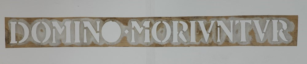 Sjabloon met tekstband: 'Domine moriuntur'