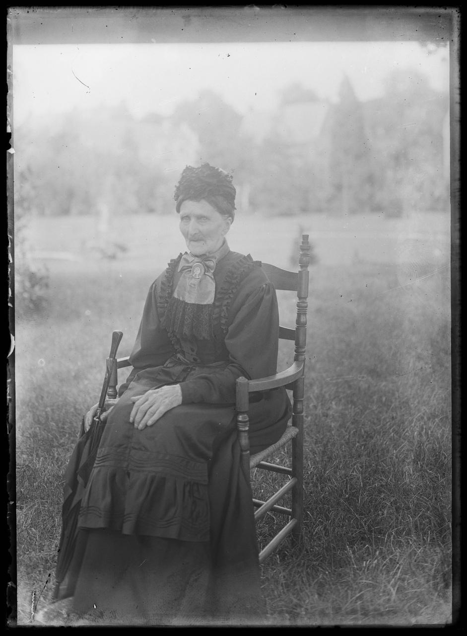 Glasnegatief van foto van oude dame in tuin