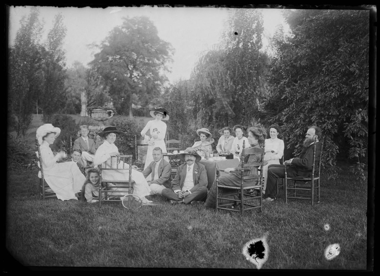 Glasnegatief van foto van een groep mensen in een tuin.