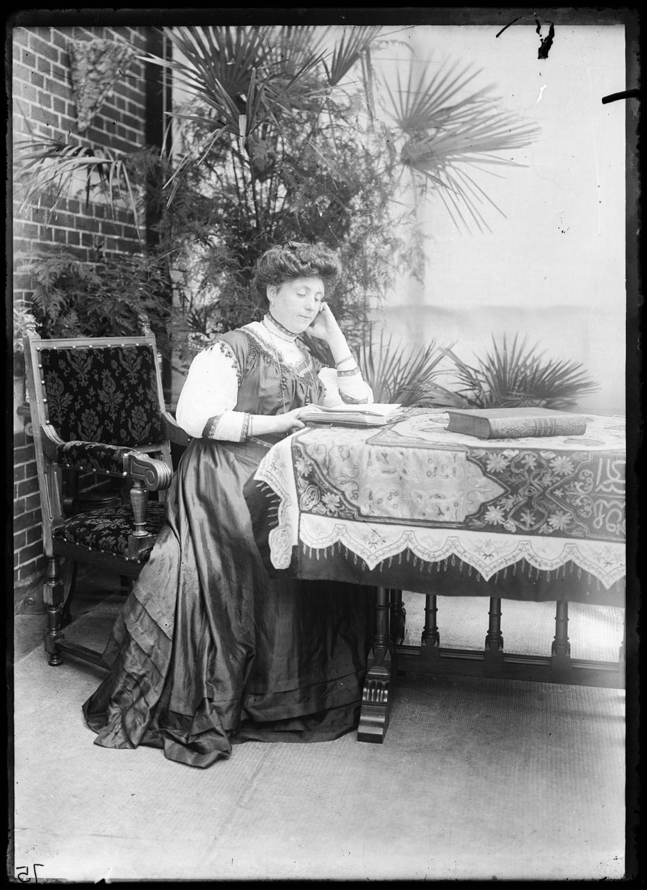 Glasnegatief van foto van een lezende vrouw