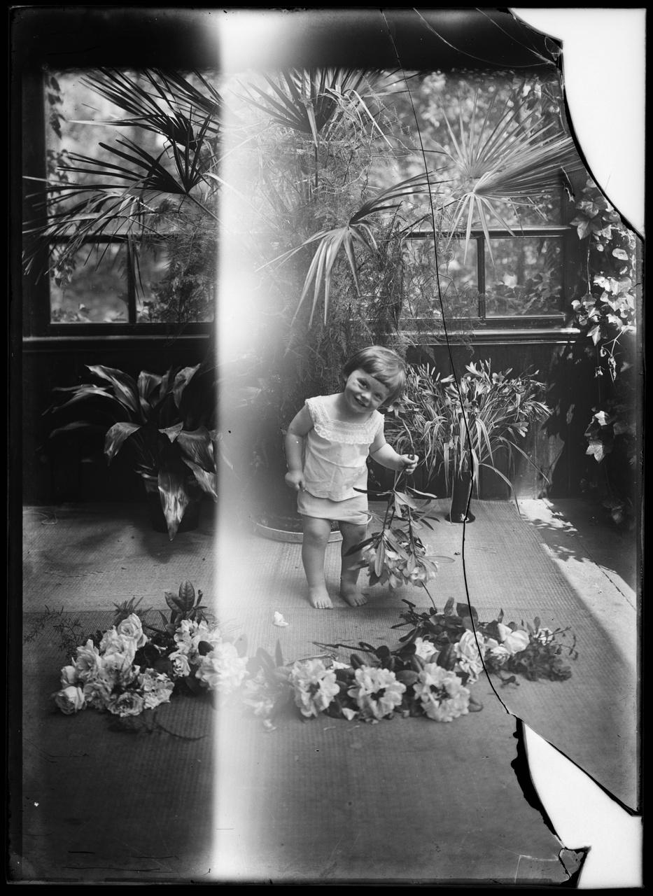 Glasnegatief van foto van een kind