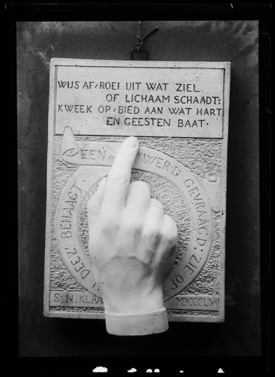 Glasnegatief van foto van het gipsreliëf (inv. nr. BR 0034) van de hand van Pierre Cuypers als Sinterklaascadeau.