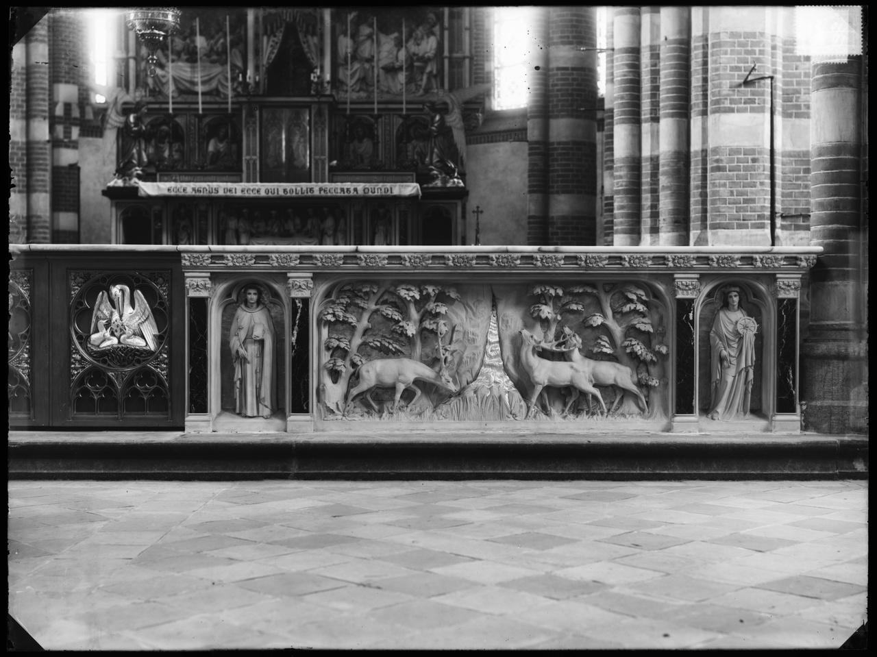 Glasnegatief van een foto van een neogotisch kerkinterieur: o.a. de helft van een communiebank