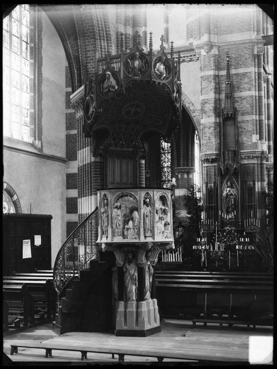 Glasnegatief van een foto van een neogotisch kerkinterieur: o.a. een preekstoel