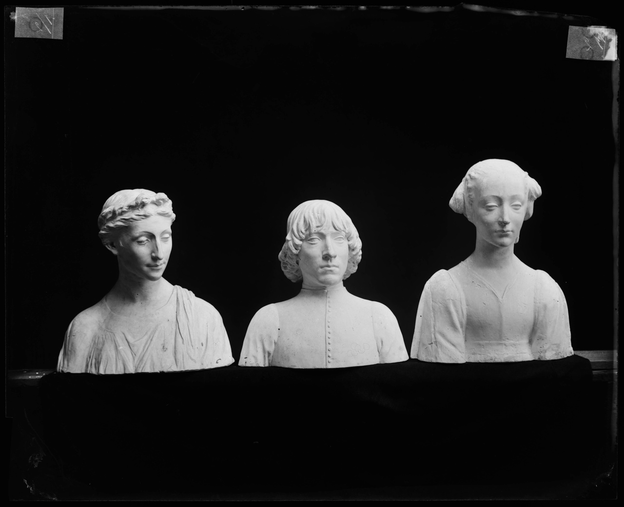 Glasnegatief van een foto van producten uit de Cuypers' Kunstwerkplaatsen: drie bustes