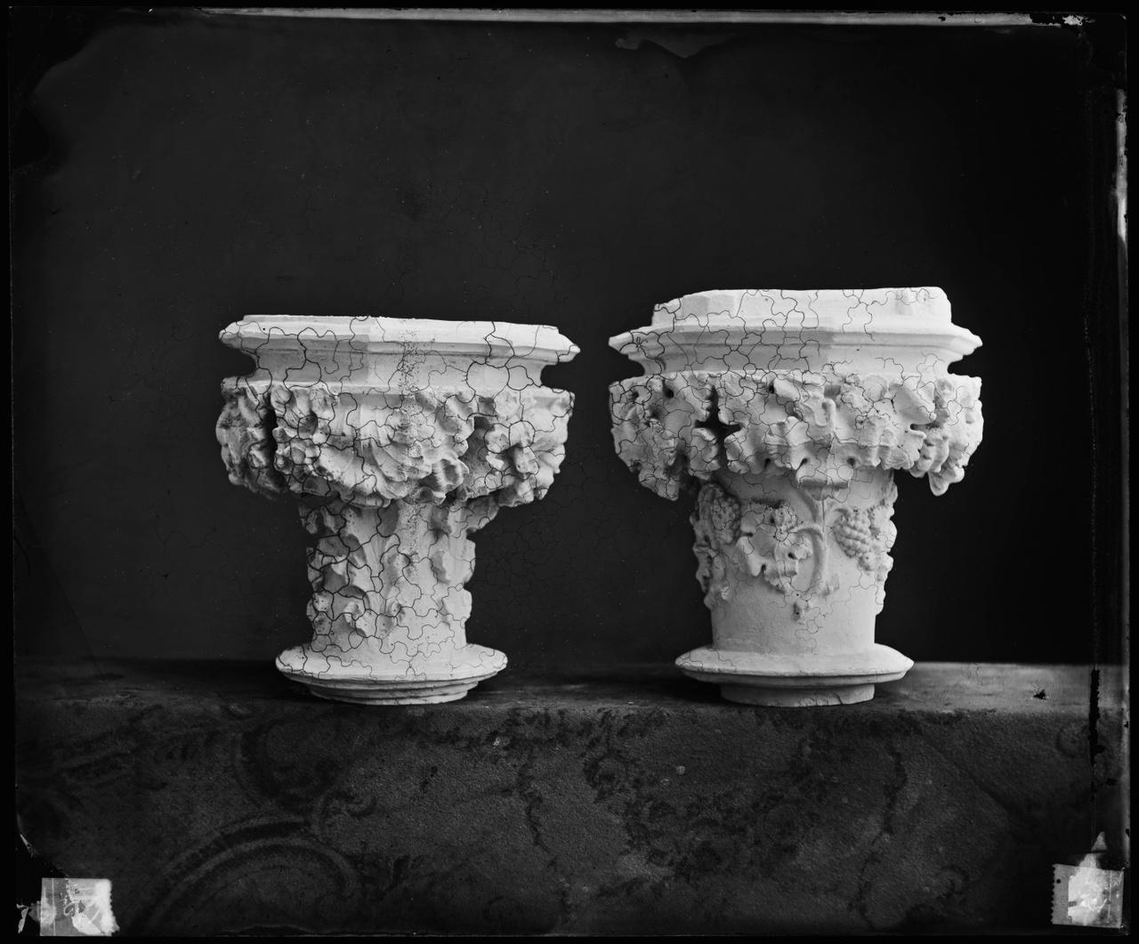 Glasnegatief van een foto van producten uit de Cuypers' Kunstwerkplaatsen: twee kapitelen