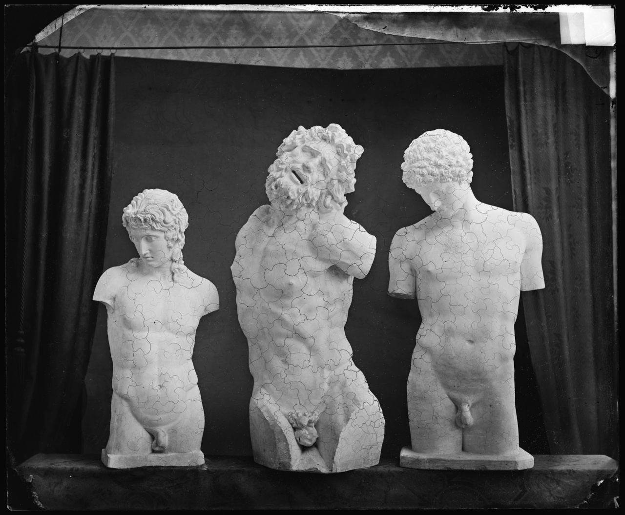 Glasnegatief van een foto van producten uit de Cuypers' Kunstwerkplaatsen: drie torso's