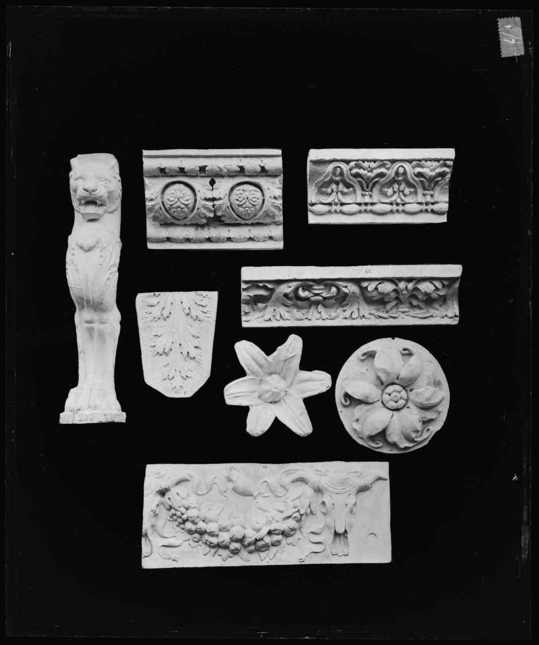 Glasnegatief van foto van producten uit de Cuypers' Kunstwerkplaatsen: acht lijsten en rosetten