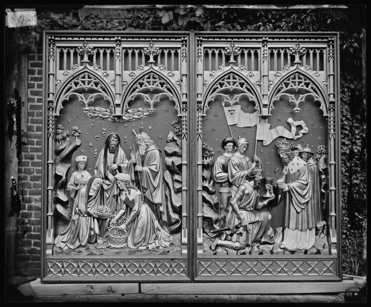 Glasnegatief van foto van producten uit de Cuypers' Kunstwerkplaatsen: twee houten paneeltjes