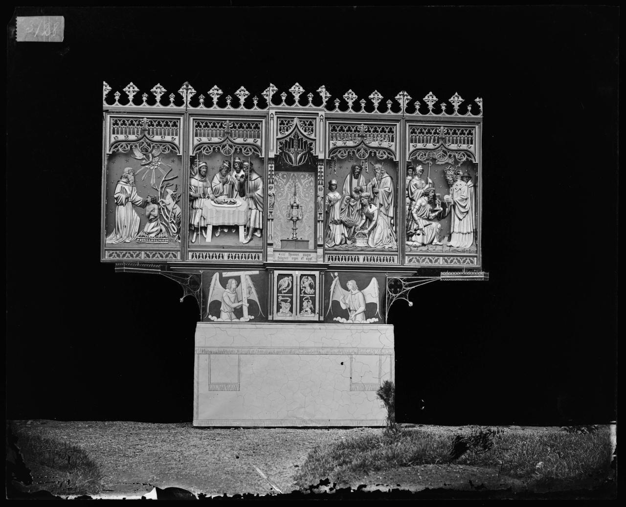 Glasnegatief van foto van producten uit de Cuypers' Kunstwerkplaatsen: een altaar geopend