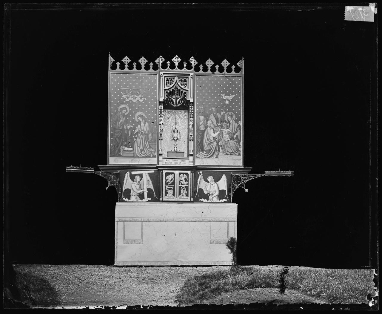Glasnegatief van foto van producten uit de Cuypers' Kunstwerkplaatsen: een altaar gesloten