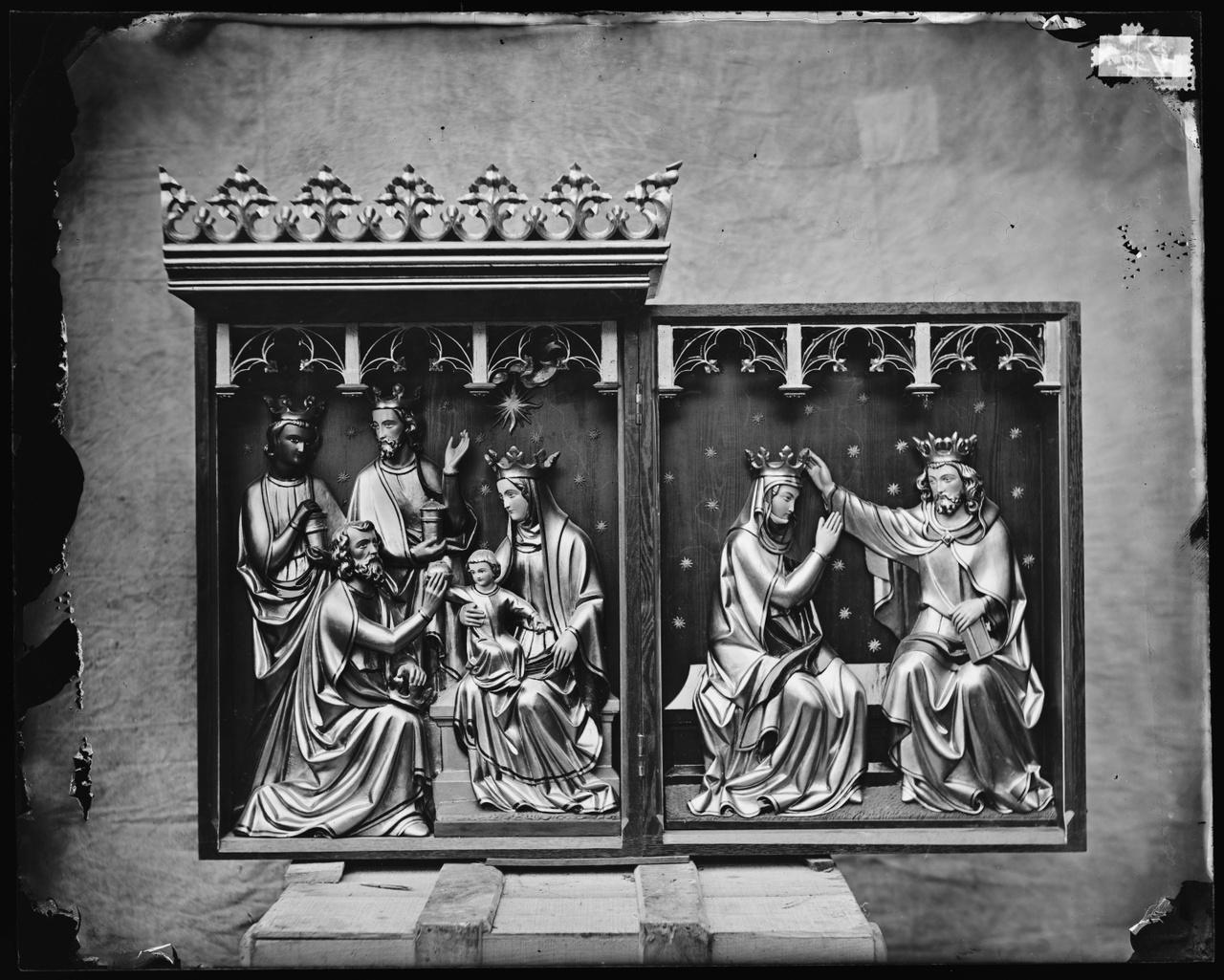 Glasnegatief van foto van producten uit de Cuypers' Kunstwerkplaatsen: Groepen, Kroning Maria en Aanbidding der koningen