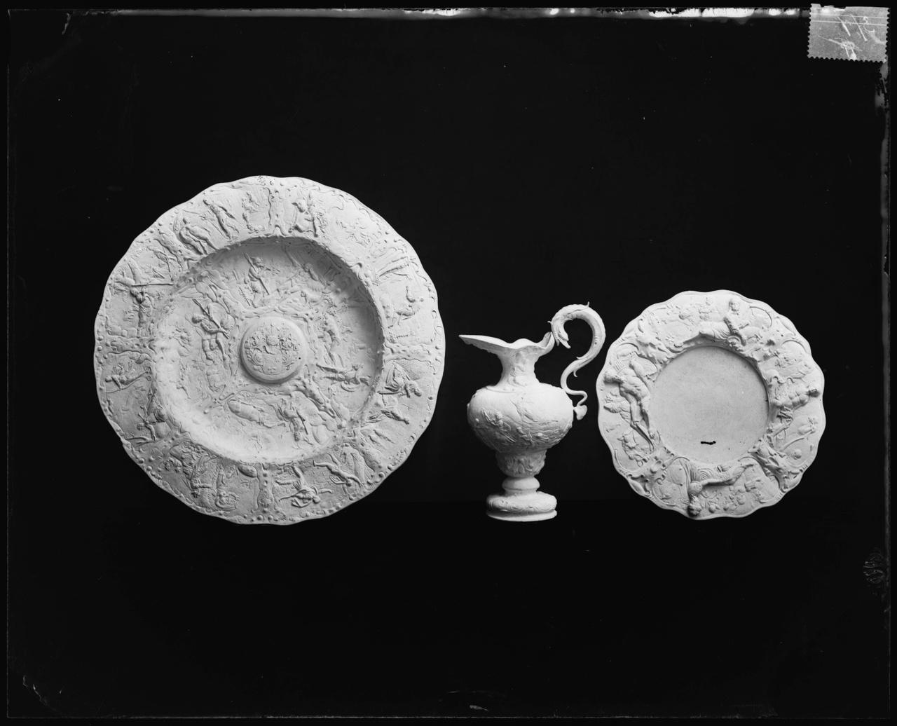 Glasnegatief van foto van producten uit de Cuypers' Kunstwerkplaatsen: Twee schotels en een kan