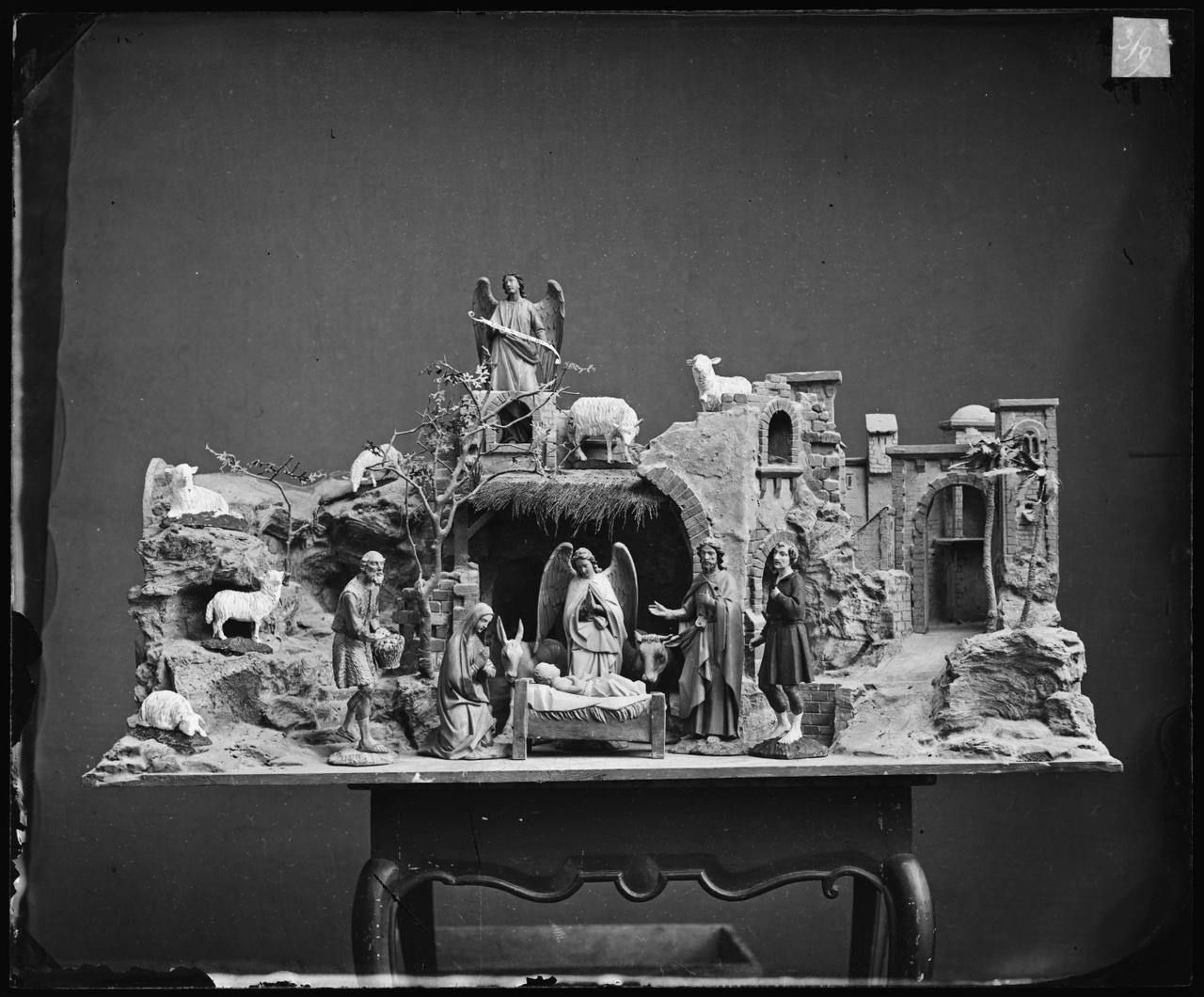 Glasnegatief van foto van producten uit de Cuypers' Kunstwerkplaatsen: een kerstkribje