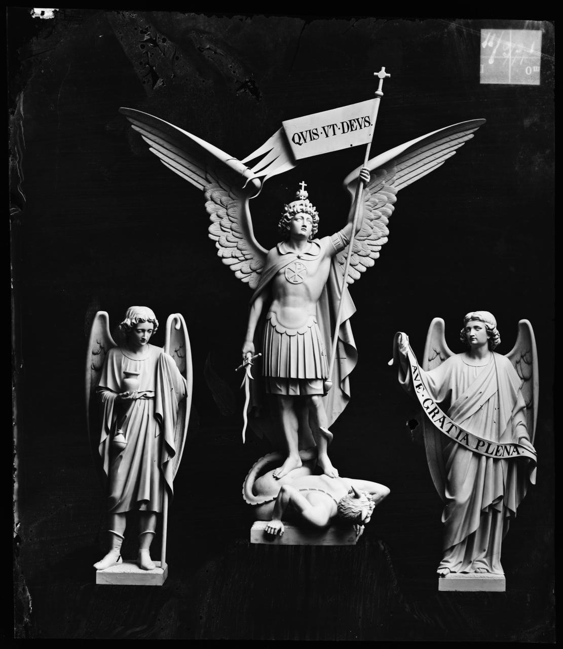 """Glasnegatief van foto van producten uit de Cuypers' Kunstwerkplaatsen: """"Michaël en 2 engelen"""""""