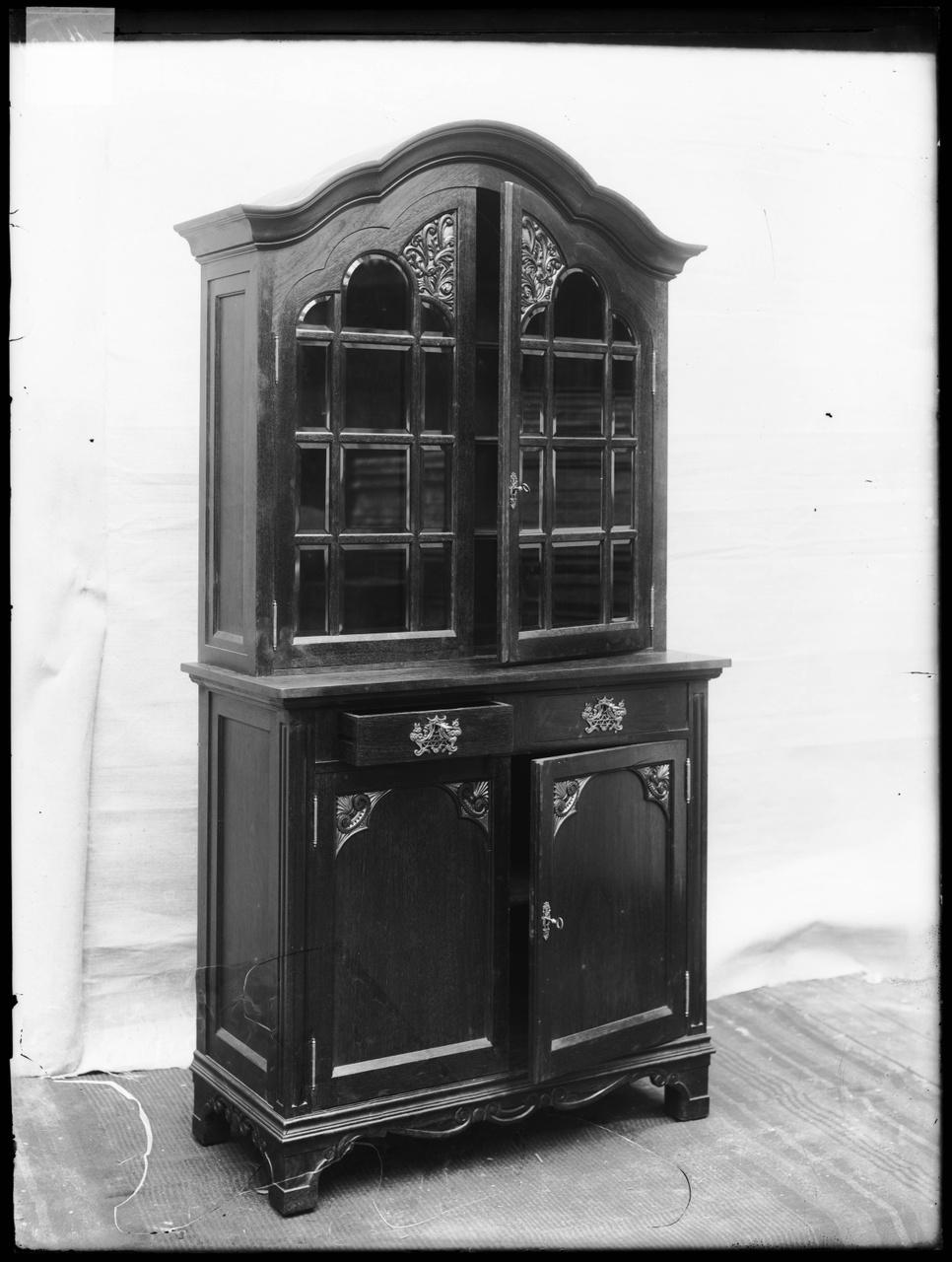 """Glasnegatief van foto van producten uit de Cuypers' Kunstwerkplaatsen: """"Antieke Kast"""""""