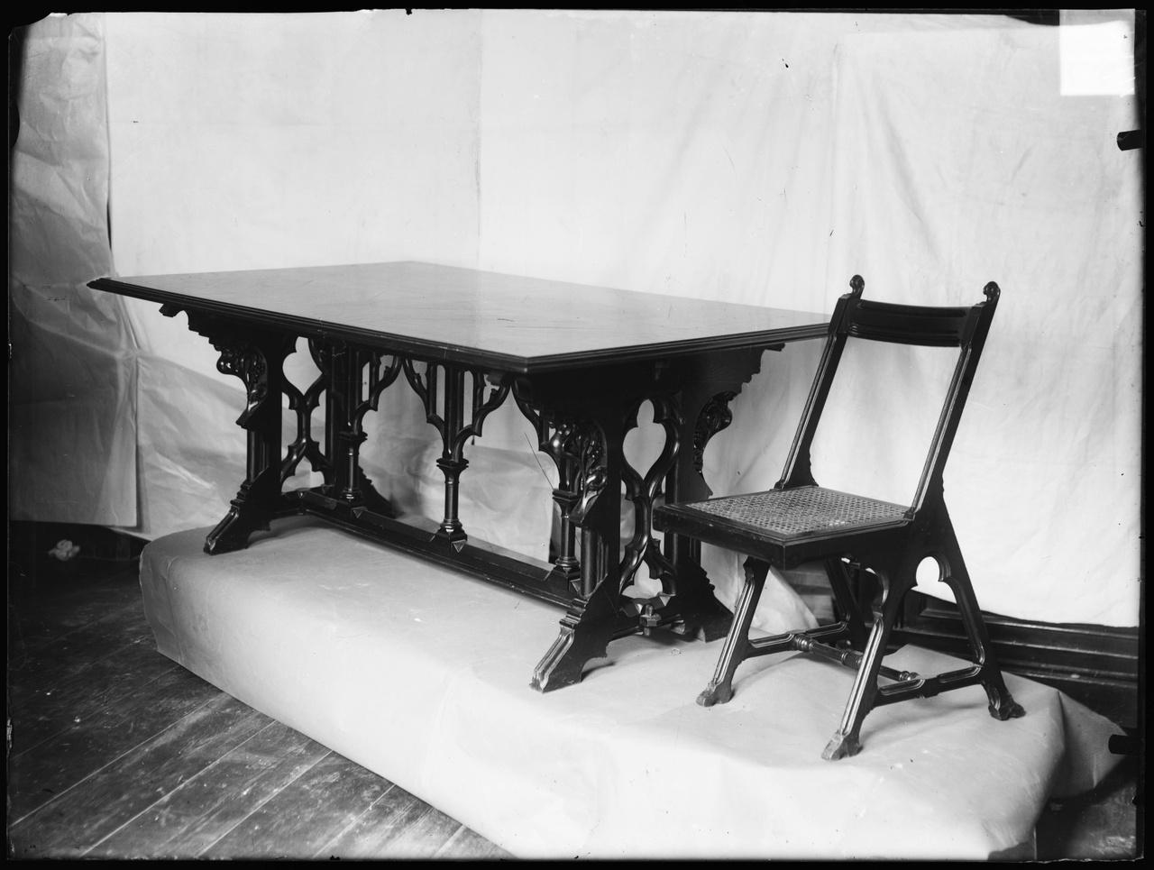 """Glasnegatief van foto van producten uit de Cuypers' Kunstwerkplaatsen: """"Antieke tafel met stoel"""""""