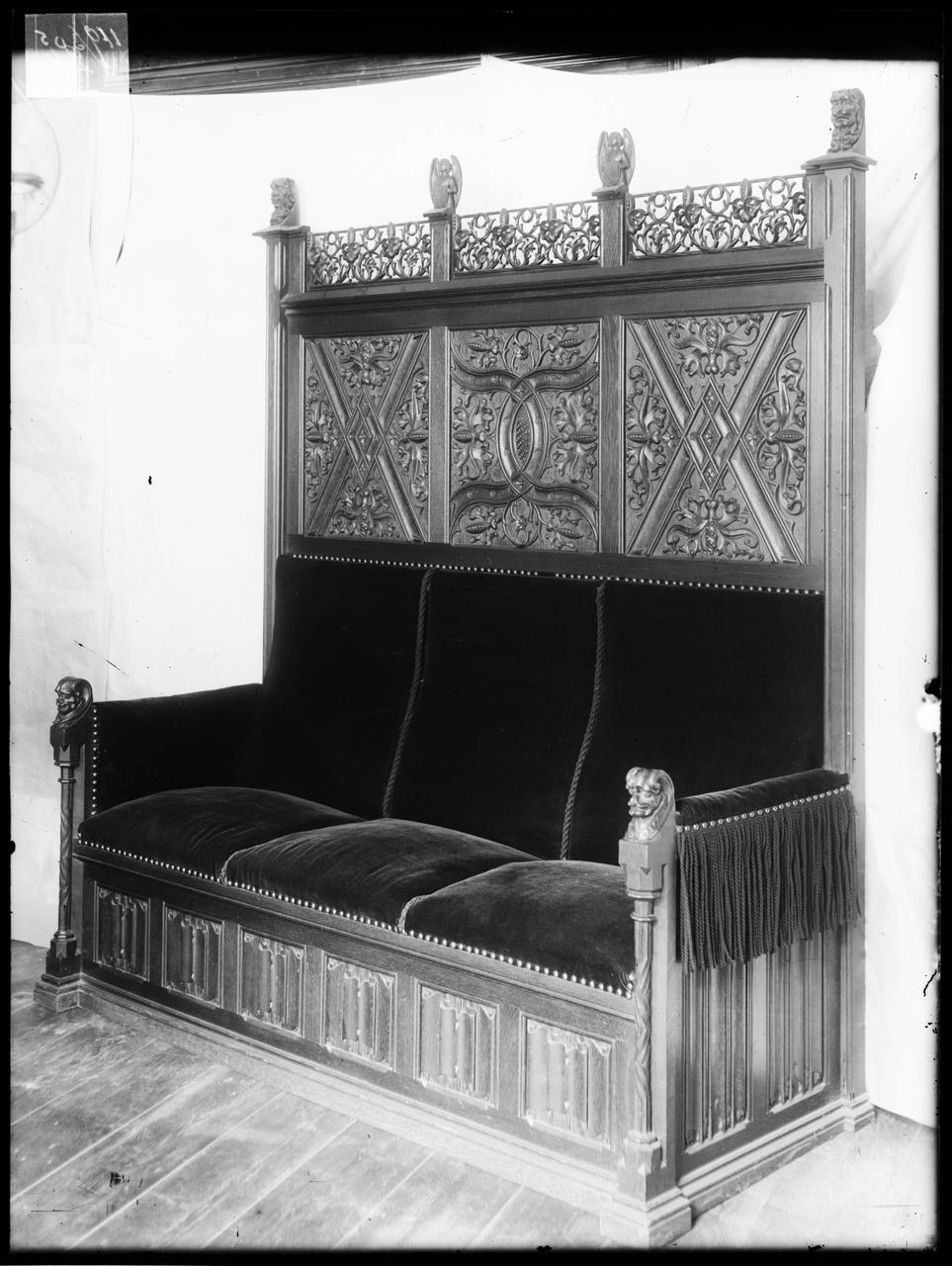 """Glasnegatief van foto van producten uit de Cuypers' Kunstwerkplaatsen: """"Antieke zitbank"""""""