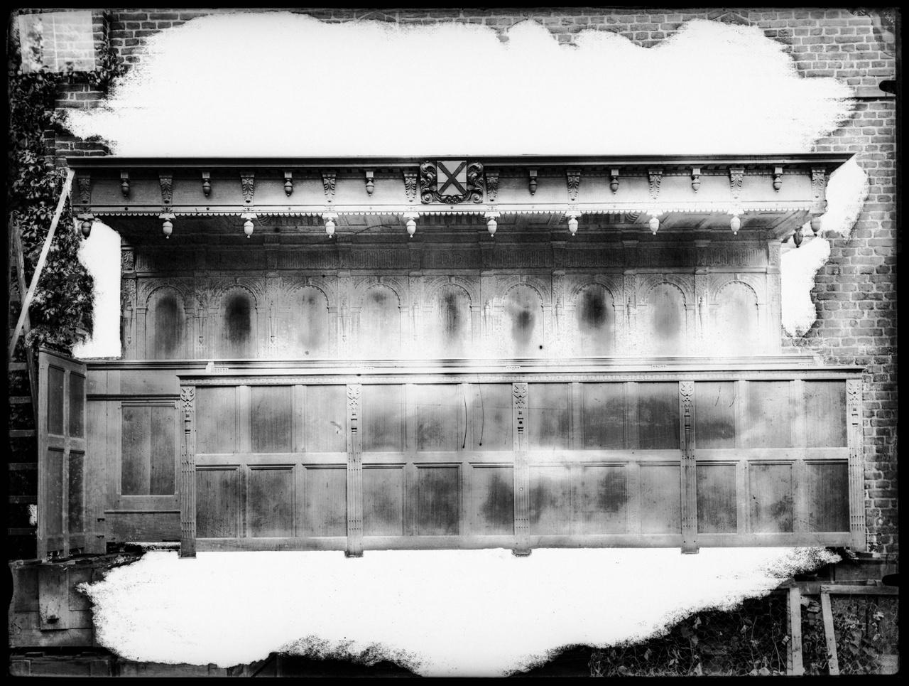 """Glasnegatief van foto van producten uit de Cuypers' Kunstwerkplaatsen: """"Choorbanken"""""""