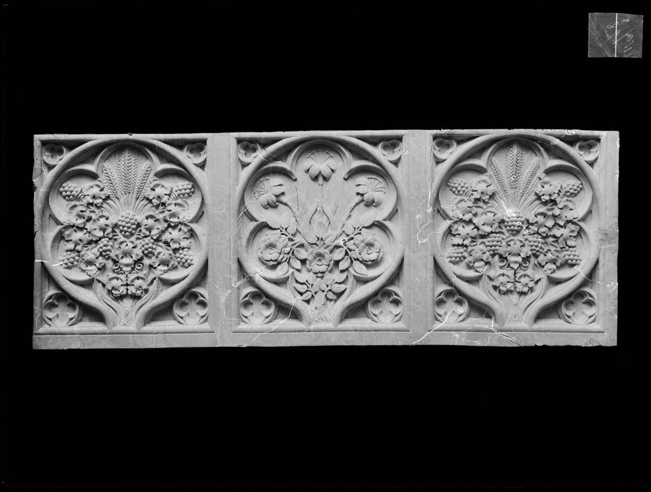 """Glasnegatief van foto van producten uit de Cuypers' Kunstwerkplaatsen: """"Drie Panelen"""""""