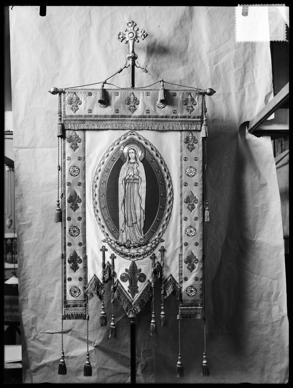 """Glasnegatief van foto van producten uit de Cuypers' Kunstwerkplaatsen uit kist met nummer 11: """"Vlag Maria Congregatie""""."""