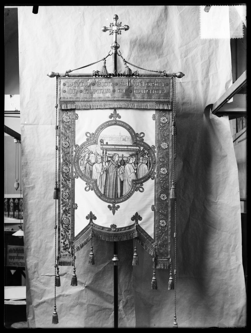 """Glasnegatief van foto van producten uit de Cuypers' Kunstwerkplaatsen uit kist met nummer 11: """"Vlag voorstellende het Allerheiligste""""."""