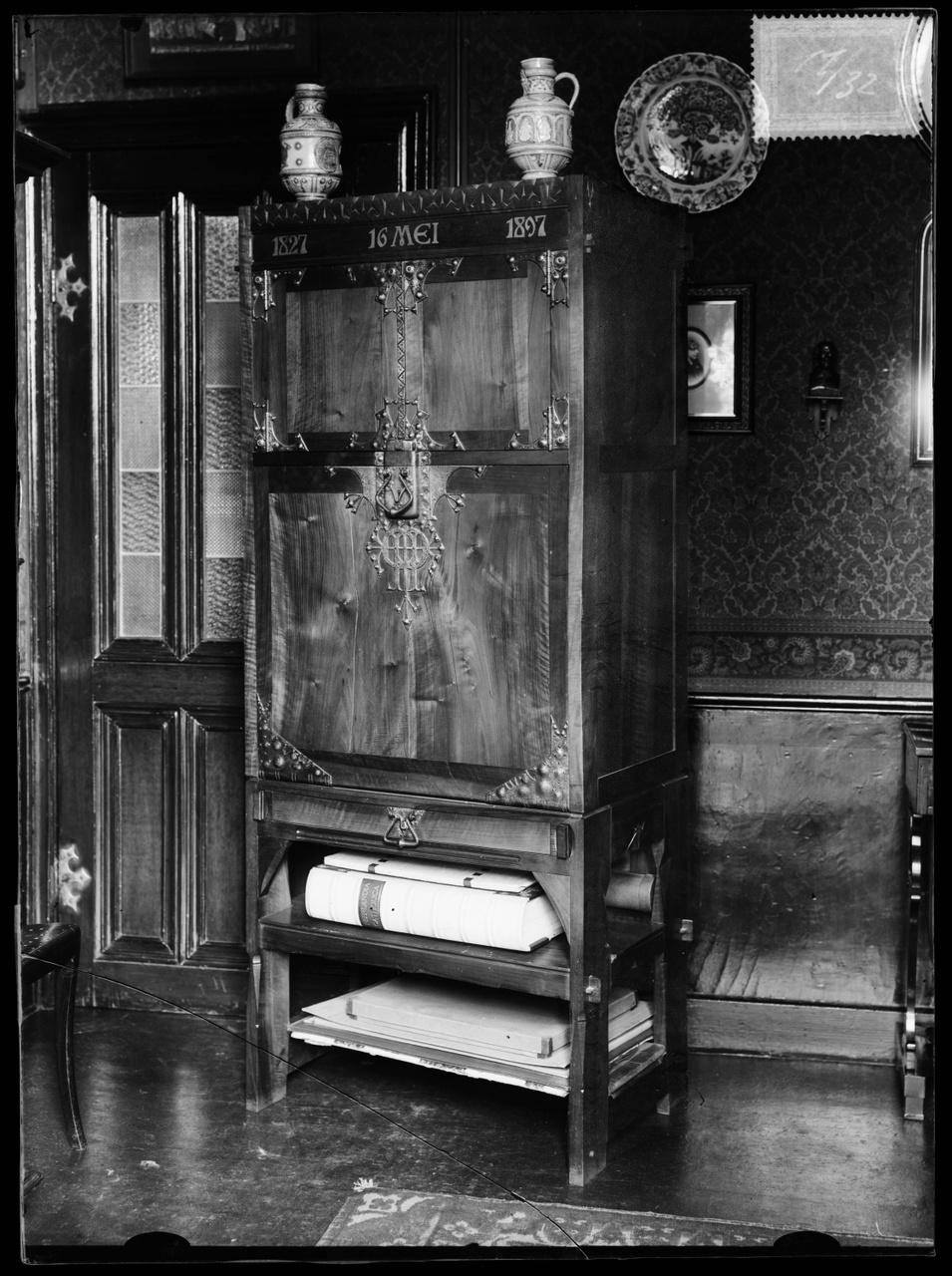 """Glasnegatief van foto van producten uit de Cuypers' Kunstwerkplaatsen uit kist met nummer 11: """"Kast Aannemers Vereniging, gesloten""""."""