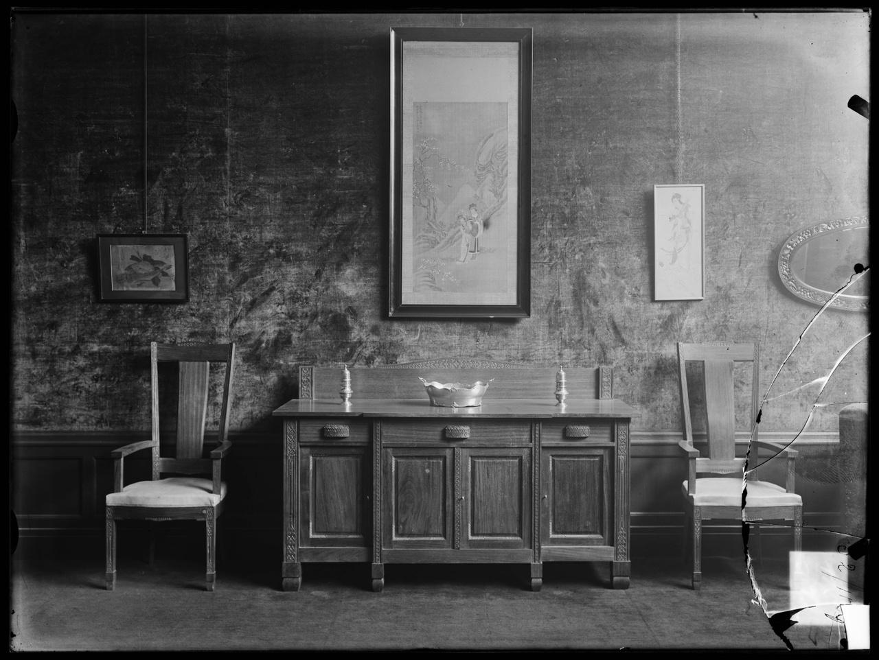 """Glasnegatief van foto van producten uit de Cuypers' Kunstwerkplaatsen uit kist met nummer 11: """"Interieur Meubels""""."""
