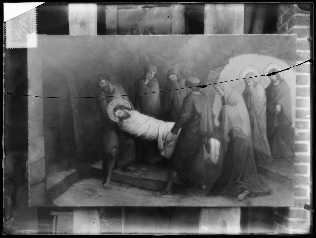"""Glasnegatief van foto van producten uit de Cuypers' Kunstwerkplaatsen uit kist met nummer 11: """"Veertiende Statie""""."""