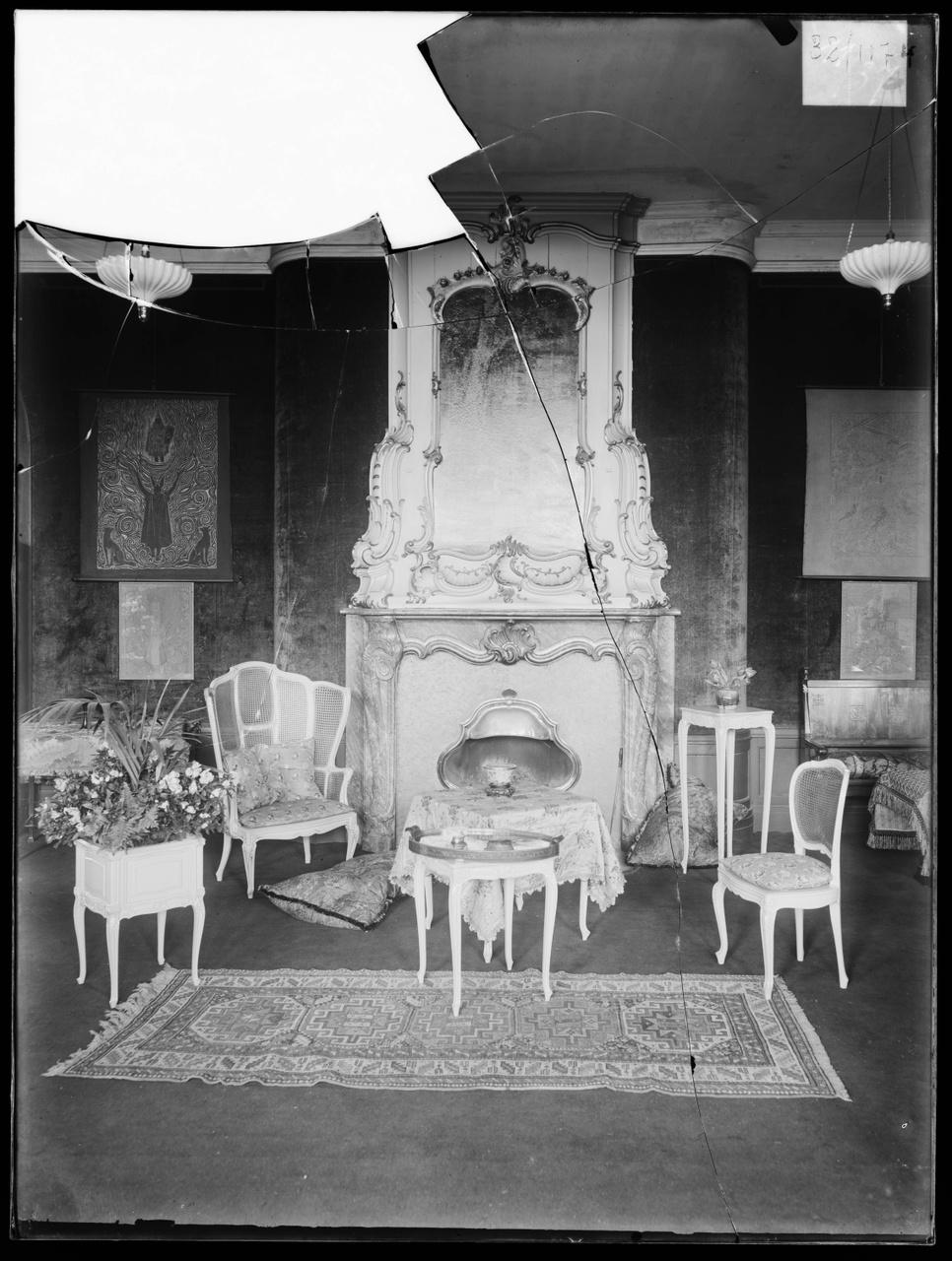 """Glasnegatief van foto van producten uit de Cuypers' Kunstwerkplaatsen uit kist met nummer 11: """"Interieur met kleinmeubels""""."""
