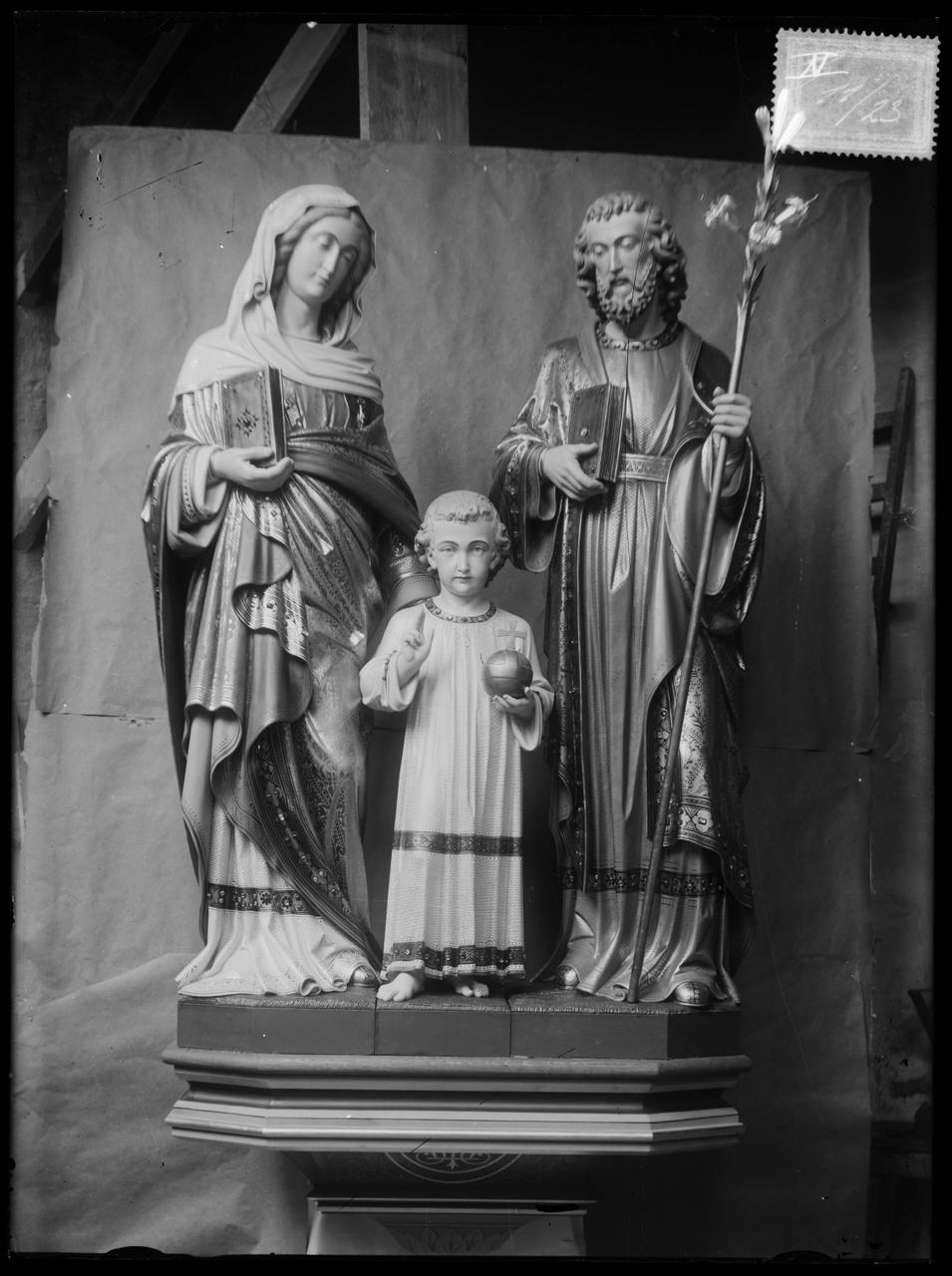 """Glasnegatief van foto van producten uit de Cuypers' Kunstwerkplaatsen uit kist met nummer 11: """"De Heilige Familie""""."""