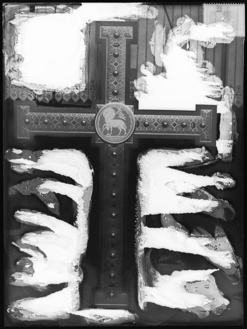 """Glasnegatief van foto van producten uit de Cuypers' Kunstwerkplaatsen uit kist met nummer 11: """"Triomfkruis achterzijde""""."""