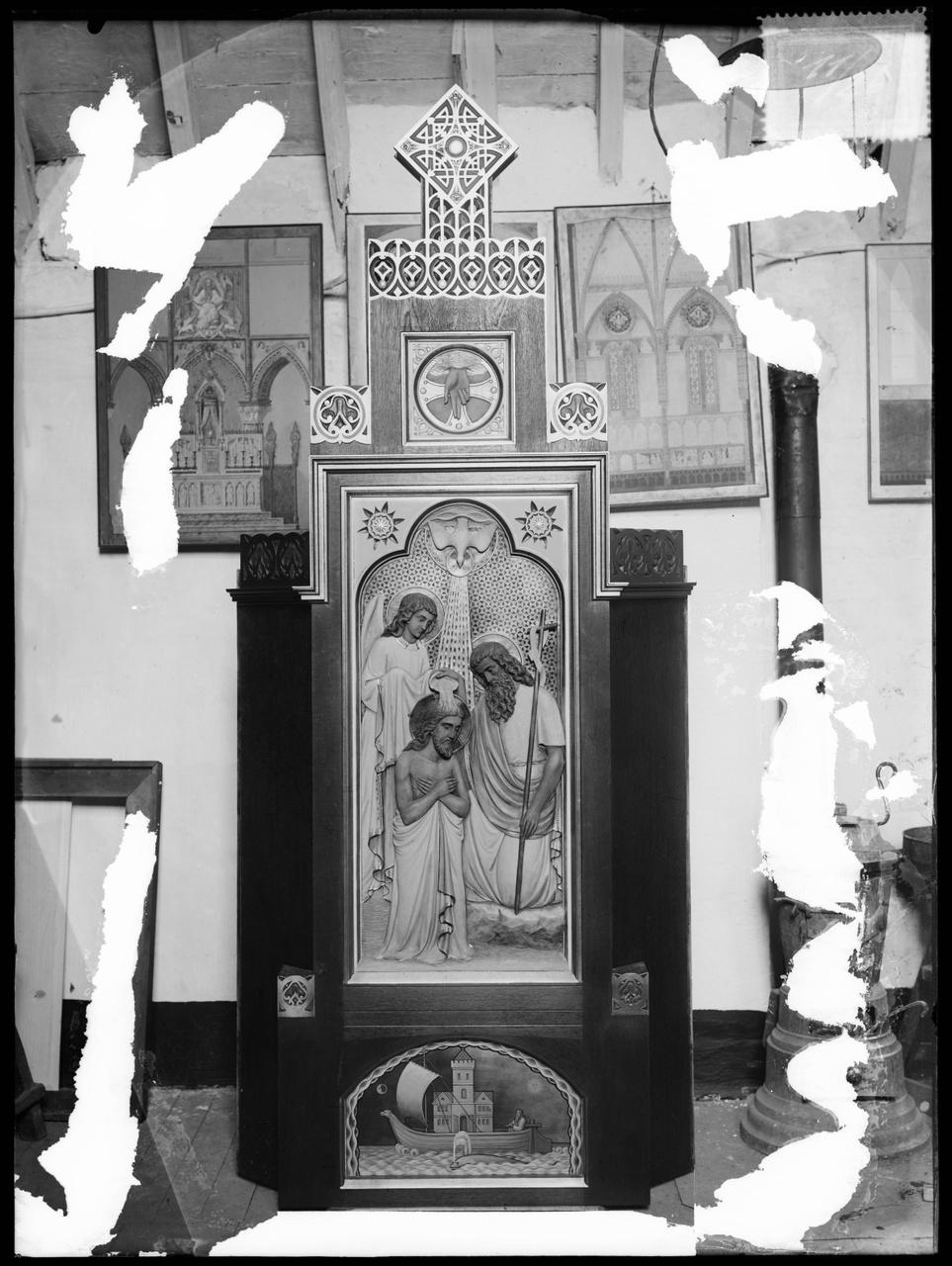 """Glasnegatief van foto van producten uit de Cuypers' Kunstwerkplaatsen uit kist met nummer 11: """"Voorstelling Doop van Christus in de Jordaan""""."""