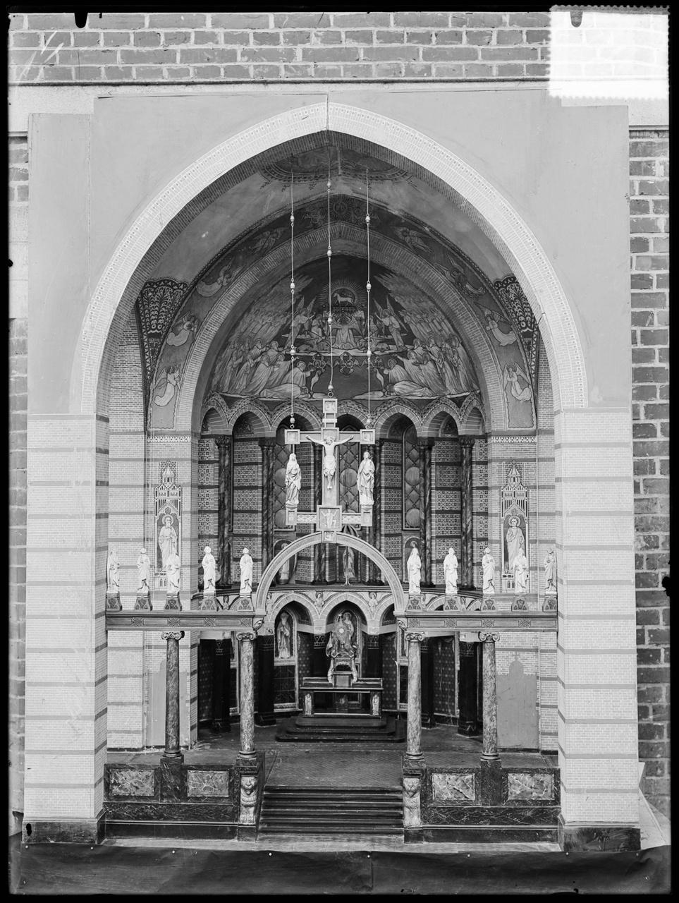 """Glasnegatief van foto van producten uit de Cuypers' Kunstwerkplaatsen uit kist met nummer 11: """"Altaar met Triomfkruis""""."""