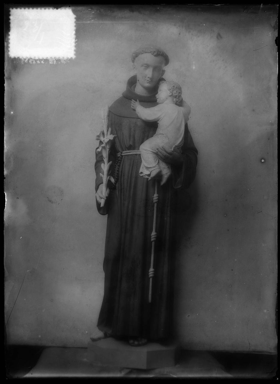 """Glasnegatief van foto van producten uit de Cuypers' Kunstwerkplaatsen uit kist met nummer 23: """"Sint Antonius""""."""