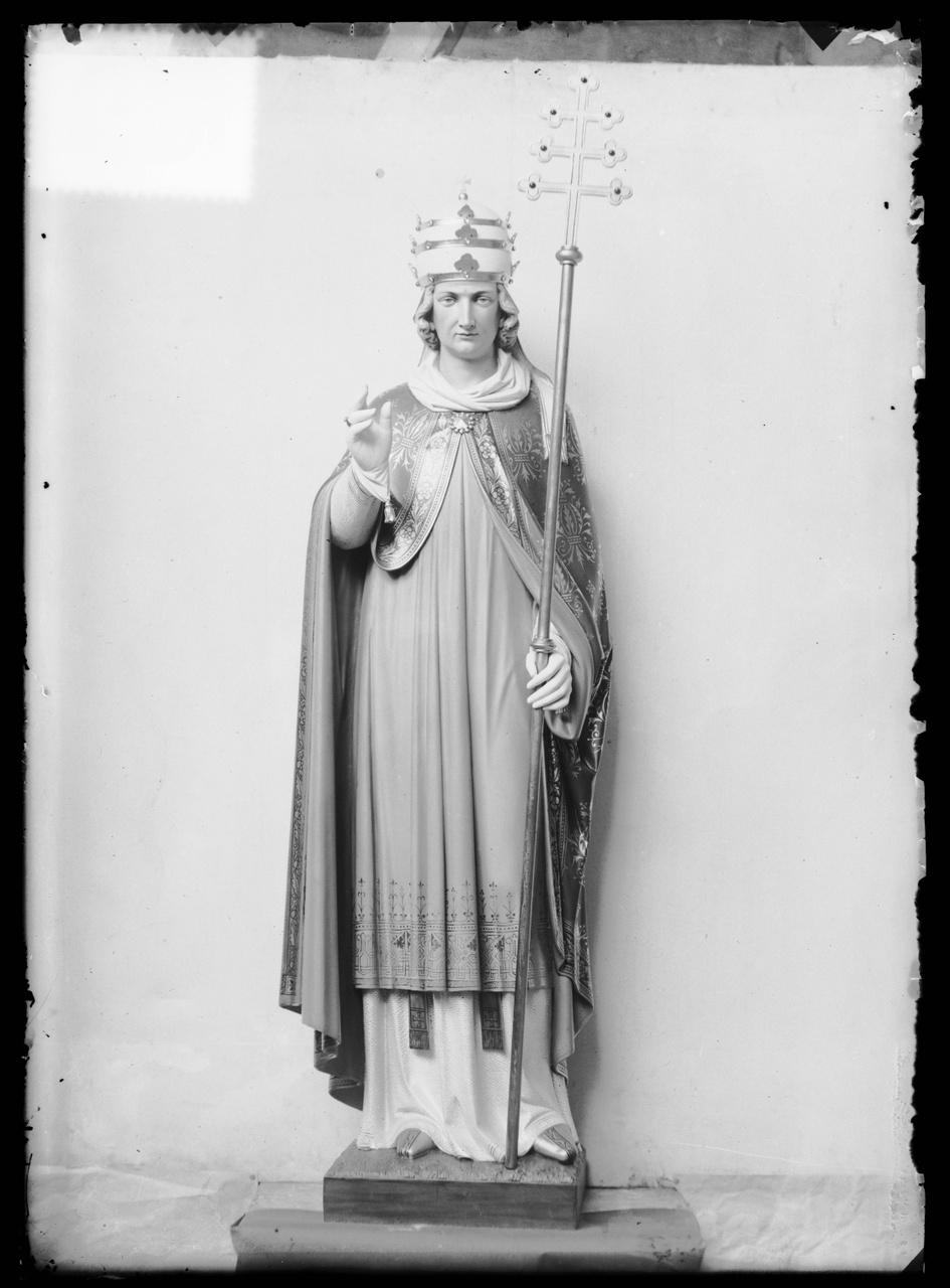 """Glasnegatief van foto van producten uit de Cuypers' Kunstwerkplaatsen uit kist met nummer 23: """"1 Heilige Paus""""."""