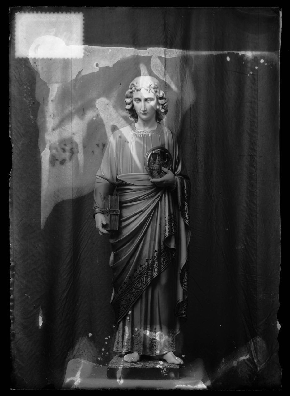 """Glasnegatief van foto van producten uit de Cuypers' Kunstwerkplaatsen uit kist met nummer 23: """"Sint Johannes""""."""