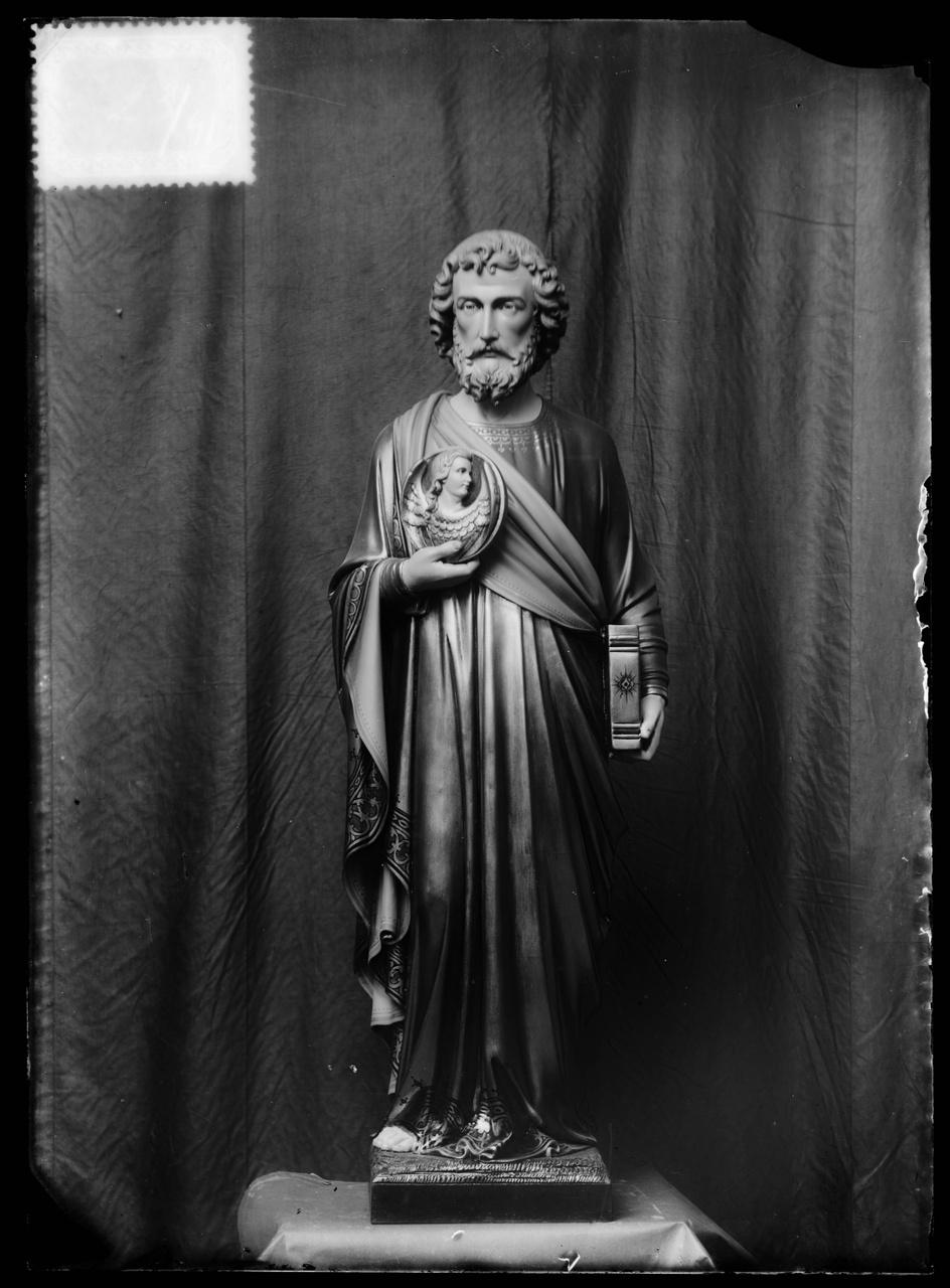 """Glasnegatief van foto van producten uit de Cuypers' Kunstwerkplaatsen uit kist met nummer 23: """"De evangelist Matheus""""."""
