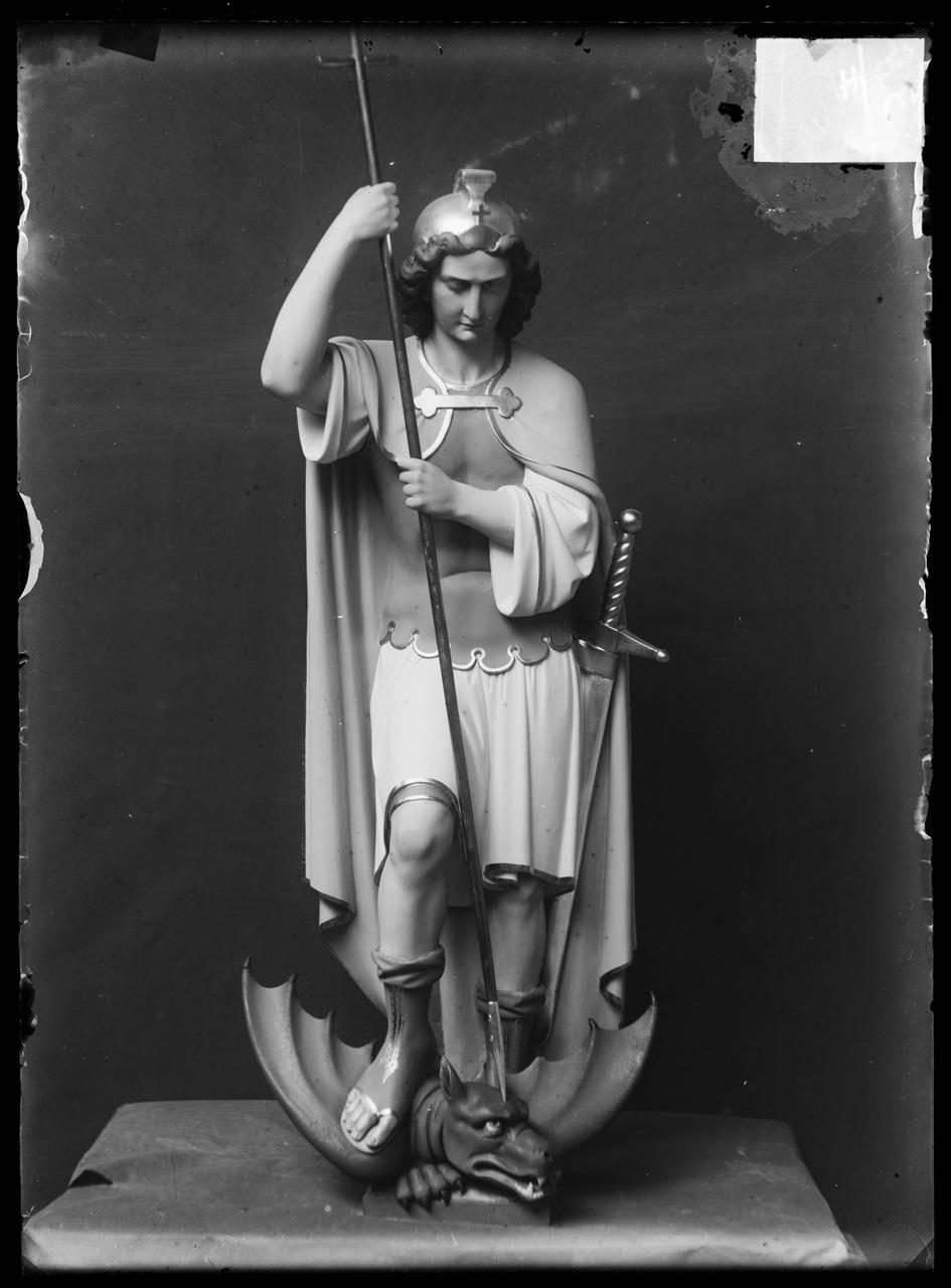 """Glasnegatief van foto van producten uit de Cuypers' Kunstwerkplaatsen uit kist met nummer 23: """"De Aartsengel Michaël""""."""
