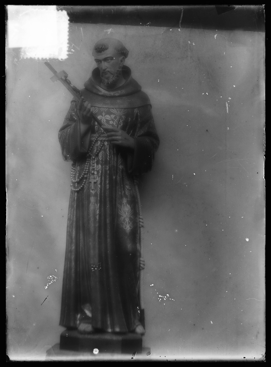 """Glasnegatief van foto van producten uit de Cuypers' Kunstwerkplaatsen uit kist met nummer 23: """"St. Franciscus""""."""
