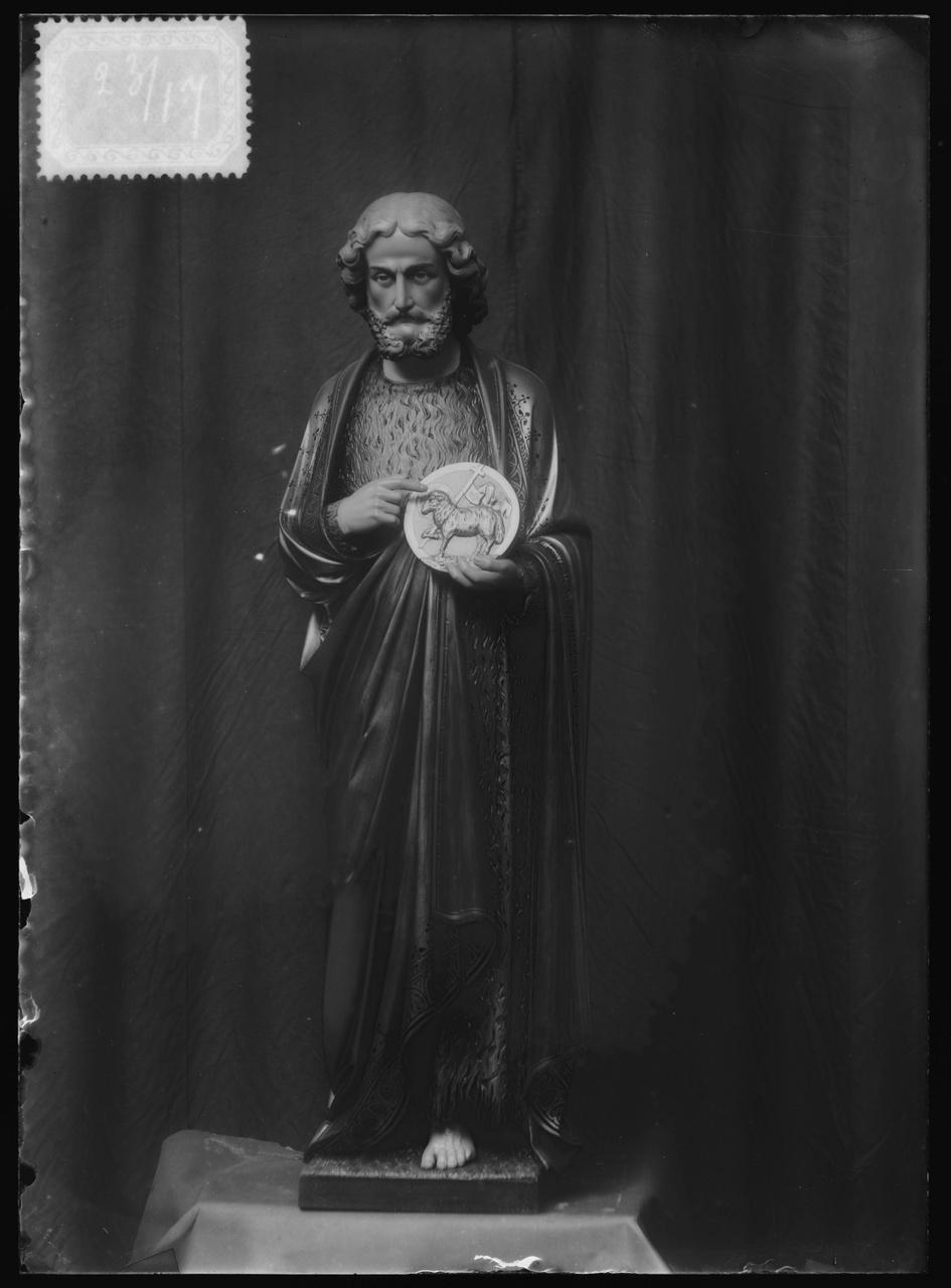 """Glasnegatief van foto van producten uit de Cuypers' Kunstwerkplaatsen uit kist met nummer 23: """"Mannelijke Heilige""""."""