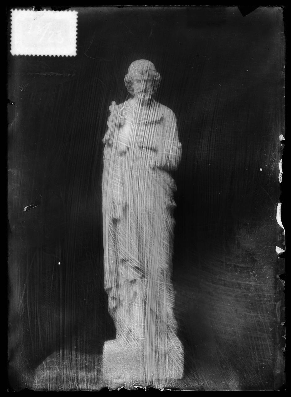 """Glasnegatief van foto van producten uit de Cuypers' Kunstwerkplaatsen uit kist met nummer 23: """"Sint Joseph""""."""