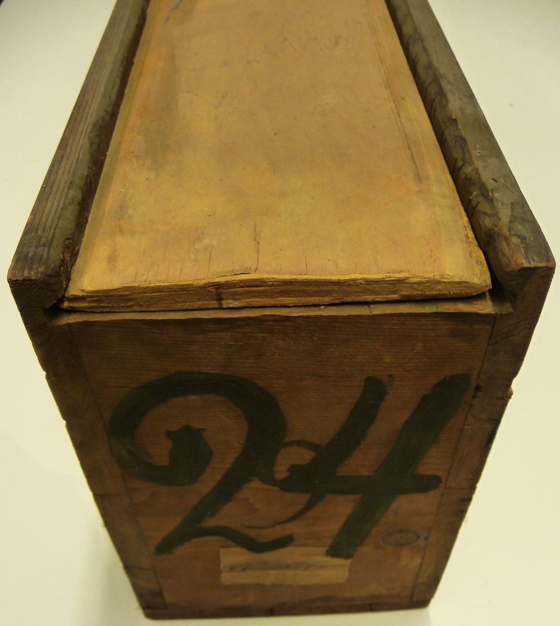 Kist voor glasnegatieven met nummer 24.