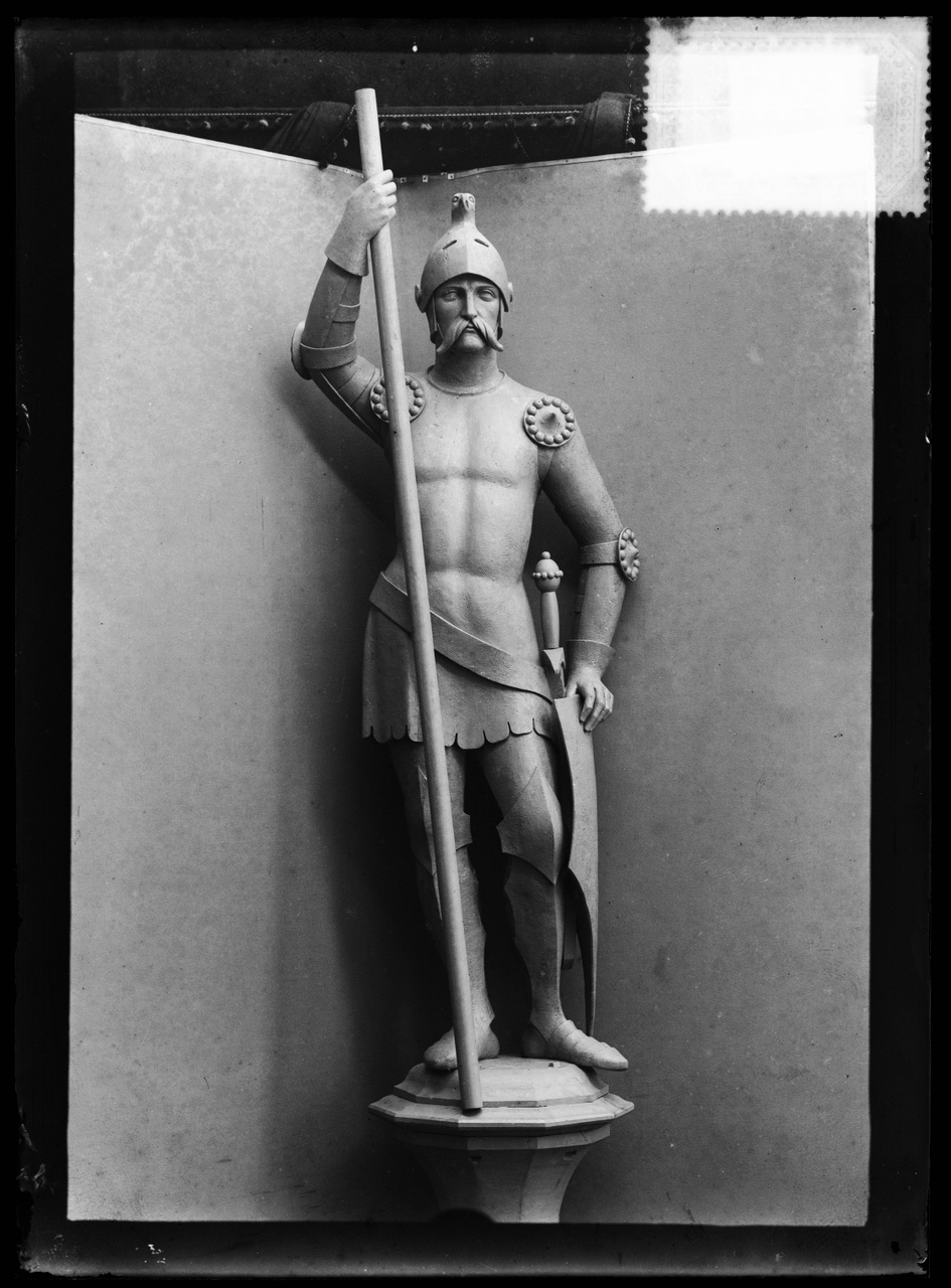 """Glasnegatief van foto van producten uit de Cuypers' Kunstwerkplaatsen uit kist met nummer 24: """"Beeld van een ridder""""."""